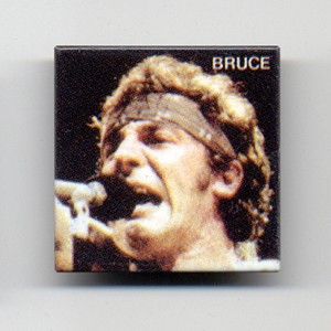 http://tiendastonepony.com/275-thickbox/40-oferta-chapa-bruce-foto-born-in-the-usa-1984.jpg