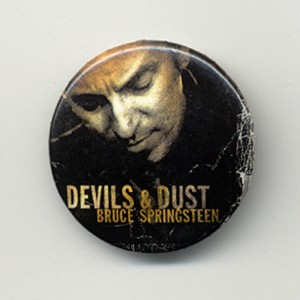 https://tiendastonepony.com/390-thickbox/20-oferta-chapa-oficial-portada-devils-dust-2005.jpg