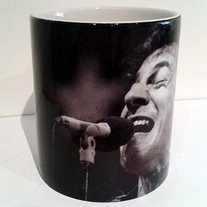 http://tiendastonepony.com/742-thickbox/taza-bruce-foto-en-directo-gira-born-in-the-usa-en-blanco-y-negro.jpg